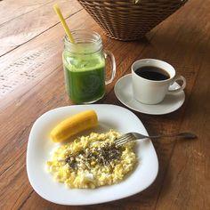 Bom dia !!! ☀️🍃💚☕️🍌🍳🥒 troquei o Pão pela banana!! Suco verde: couve, limão, gengibre, maçã, salsinha!!! 💚 . . #nutrição #nutriçãofuncional #nutricaoeficiente #foconadieta #dietasemsofrer #comeeagacha #lifestyle #estilodevida #qualidadedevida #quantomaisnaturalmelhor #comidadeverdade #comerbem #fit #fitness #healthyfood #eatclean #instafood #inspiração #gym #alimentacaosaudavel #healthylifestyle #reeducaçãoalimentar #realfood #whole30 #30tododia