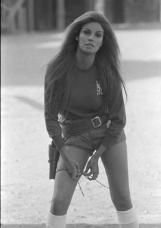 Raquel Welch putting on her gun holster she used while filming Hannie Caulder for a picture shoot supporting Chelsea FC in Hollywood Glamour, Hollywood Actresses, Classic Hollywood, Old Hollywood, Actors & Actresses, Raquel Welch, Illinois, Rita Hayworth, Divas