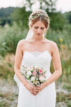 Hochzeitsfrisuren mit Blumenkrone - Frisur Hochzeit und Brautkleid lang Spitze - Originelle Landhaushochzeit mit VW Bulli | Hochzeitsblog The Little Wedding Corner