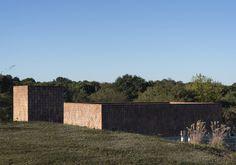 Construido en 2015 en Mendiolaza, Argentina. Imagenes por Emilia Sierra Guzmán. ¿Cómo intervenir con una vivienda en el paisaje suburbano de las primeras estribaciones de las sierras? Este fue el desafío planteado a la hora de...