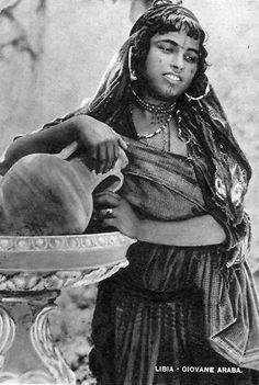 Africa   Young Arab woman.  Libya    Vintage postcard; publisher Lehnert & Landrock.