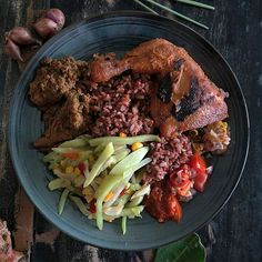 #Bali > @halalbali kembali bikin kami ngiler ini kisahnya: Assalamualaikum buat warga Muslim yang bekerja atau sedang berlibur di Sanur salah satu tempat makan siang yang lezat dan terjangkau ada di Warung KKN Nasi Campur.  Berdiri sejak 16 tahun lalu warung inipun rutin dikunjungi oleh turis asing dan expatriate yang tertarik dengan cita rasa masakan Indonesia.  Saat ini Warung KKN menyediakan tiga pilihan nasi: putih merah dan kuning. Setelah pilih nasinya tunjuk lauk apa saja yang…