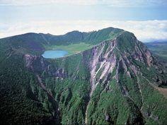 7 Maravillas del Mundo: Isla de Jeju (Corea del Sur) La provincia autónoma especial de Jeju es la única provincia autónoma especial de Corea del Sur. Su territorio comprende el de la isla de mayor tamaño del país, la isla de Jeju, y se encuentra en el estrecho de Corea, al suroeste de la provincia de Jeolla del Sur, de la cual formó parte hasta 1946. Su capital es la Ciudad de Jeju.