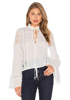 L'Academie The Safari Blouse em Camelo | REVOLVE