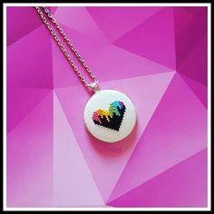 Rengarenk bir aşka sahip olan bir çifte özel yapıldı... Sipariş ve bilgi için dm den iletişime geçebilirsiniz... #etamin #etaminişi #etaminkolye #kolyeucu #kampanya #kanaviçe #kanaviçekolye #elemeği #sipariş #crossstitch #mor #hediyelik #kolye #etaminel #kalp #hediye #kişiyeözel