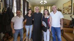 En una parroquia que ha atendido por décadas a refugiados, primero del genocidio armenio y luego del comunismo, el P. David Bedrossian es entrenador, traductor, profesor y sacerdote para los migrantes sirios que llegan a Los Ángeles, Estados Unidos.