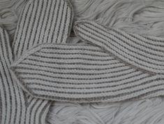 Pystyraitalapaset ovat varmasti yksi perinteisimmistä lapasmalleista. Tai ainakin yksi lämpimimmistä! Vähemmän perinteiset näistä lapasista... Merino Wool Blanket, Twine, Mittens, Knitting, Fingers, Adidas, Heels, Fingerless Mitts, Heel