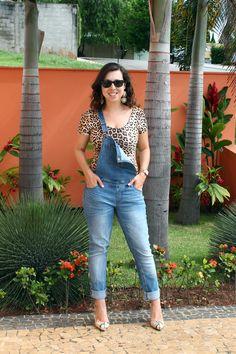Como usar: jardineira jeans! Combinei com body de onça e scarpin de cobra para brincar com diferentes estampas. Mais detalhes em: http://www.vazcomestilo.com.br/2015/03/consultoria-em-casa-montando-looks-de.html