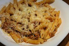 Igazi olaszos paradicsomos, darált húsos tésztaszósz, elsőre talán meglepő fűszerezéssel! Recept képekkel, pontos mennyiségekkel! Penne, Food Network, Raisin, Feta, Macaroni And Cheese, Spaghetti, Curry, Paleo, Cooking