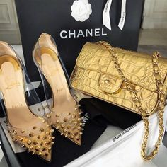 Explore the newest Flap Bags on the CHANEL website, featuring the latest styles and looks, made with the quality craftsmanship of the House of Chanel. Fake Designer Bags, Designer Heels, Fashion Tag, Fashion Shoes, Style Fashion, Fashion Ideas, Sacs Design, Chanel Purse, Chanel Bags