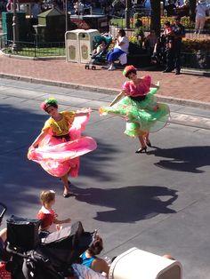 Coloridos vestidos acompañando la carroza de Donald #disneyland #disneyparks #ladodisney #disneyside #disneyfashion