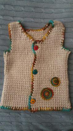 Chaleco sin mangas talla 6 meses hecho con tunecino, aplicaciones y borde a crochet.