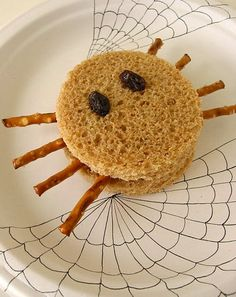 These Halloween sandwiches are a creepy-crawly treat for a holiday party or an especially scary school lunch. Make these Halloween sandwiches for your child. Halloween Spider, Halloween Season, Fall Halloween, Halloween Party, Happy Halloween, Halloween Sandwich, Halloween Drinks, Halloween Treats, Halloween Activities