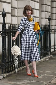 for when you want the longer skirt look - Street Style at Spring 2014 London Fashion Week - LFW Street Style Pictures - Marie Claire London Fashion Weeks, Look Street Style, Spring Street Style, Moda Vintage, Vintage Outfits, Vintage Fashion, Retro Fashion, Inspiration Mode, Fashion Inspiration