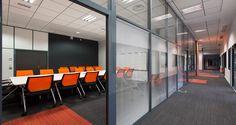 Salle de réunion et circulation dans les bureaux d'Arkane Studios à Lyon, France