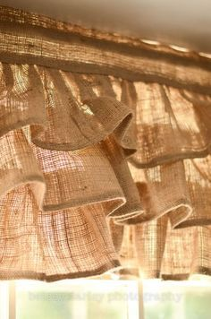 Burlap Projects, Burlap Crafts, Home Projects, Country Decor, Rustic Decor, Cortinas Country, Burlap Curtains, Burlap Fabric, Burlap Kitchen Curtains