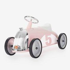 Les riders är våra mest exklusiva sparkbilar från Baghera. Med rosa chassi, kromade detaljer och slitstarka gummihjul är det här en riktigt lyxig present eller doppresent.