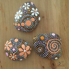¡ ENVÍO GRATIS!  Mano pintada River Rock - tonos amarillo naranja colección Trio #42 (1) 3.75 x 3 X. 50(1) 3,50 X 3 X. 50 (1) 3 X 2,75 X. 75- peso Total - 28 onzas  Mandala inspirado en diseño con detalles de espiral celta - decoración para el hogar Jardín de arte - resistente a la intemperie  Tarde o temprano, todos los sueños de otros mundos. -Aleksandr J. Wootton  El lugar o momento entre este mundo y otros mundos a veces se muestra a nosotros en un vistazo. Naturaleza puede ser tan…