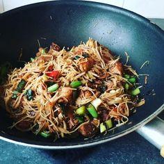 Recept voor een lekker en gezond wokgerecht met mihoen, kip, groenten en zelfgemaakte woksaus