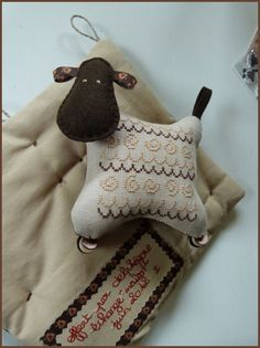 tout mignon brodé - lovely little sheep Sheep Crafts, Felt Crafts, Sheep Art, Penny Rugs, Ornaments Design, Cute Little Things, Wool Applique, Sewing Toys, Stuffed Animal Patterns