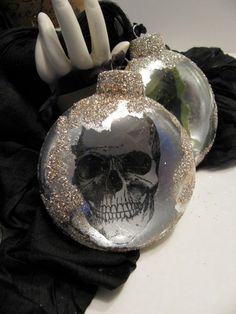 Skull Ornament --Ooohhh these would be WONDERFUL on my Halloween Tree!