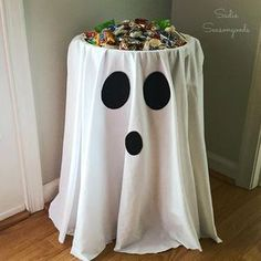 DIY Halloween decorations and party ideas for kids. Easy cheap Halloween party snacks for kids. Spooky fun ideas for budget-friendly Halloween parties. Dulces Halloween, Halloween Candy Bowl, Halloween Infantil, Soirée Halloween, Adornos Halloween, Manualidades Halloween, Halloween Disfraces, Halloween Buffet, Halloween Party Ideas