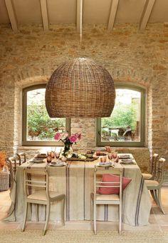 maison familiale et rurale lustre en rotin beige et murs en pierres