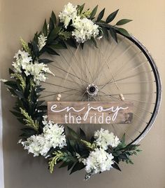 New Old Bike Wheel Vintage Bicycles Ideas Bicycle Wheel Decor, Bicycle Art, Bicycle Design, Bicycle Crafts, Bike Decorations, Wedding Decorations, Old Bikes, Front Door Decor, Diy Wreath