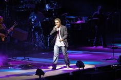 Alejandro Sanz interrupted a concert in Mexico to help a woman who was being bullied by her male companion.