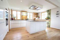 White, timeless ewe kitchen (c) Kitchen Studio Laserer - White Kitchen Remodel Küchen Design, House Design, Studio Kitchen, Interior Design Living Room, Home And Living, Home Kitchens, Home Remodeling, Kitchen Remodel, Kitchen Renovations