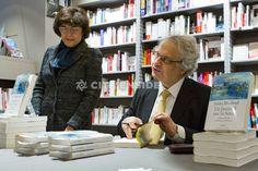 Paris : L'écrivain Amin Maalouf en dédicaces à la librairie Albin Michel - Culture - via Citizenside France. Copyright : Christophe BONNET - Agence73Bis