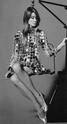Françoise Hardy - being weighed, possibly, to check whether she's too thin to be a model? Oh, but of course, this was the era of Twiggy! 60s And 70s Fashion, Boho Fashion, Vintage Fashion, Fashion Tips, Style Fashion, Classy Fashion, Jane Birkin, Emmanuelle Béart, Ali Mcgraw