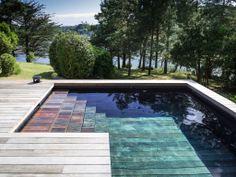 Le fond mobile par l'esprit piscine - Le fond mobile par l'esprit piscine - 15 x 2,8 m Revêtement gris, noir et brillant Escalier droit Terrasse en ipé Fond mobile Aqualift
