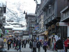 Bahnhofstrasse je hlavní třída Zermattu.
