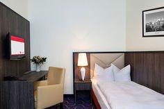 Blick in eines der Hotelzimmer / View into one of the hotel rooms | RAMADA Überseehotel Bremen