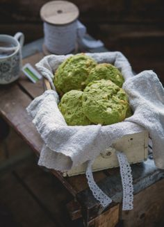 Biscuits thé vert Matcha, amande et chocolat blanc! Cookies green tea (matcha powder), almond et white chocolate AWESOME! White Chocolate Cookies, White Chocolate Chips, Green Tea Dessert, Matcha Tee, Cookie Recipes, Dessert Recipes, Matcha Cookies, Desserts With Biscuits, Pasta