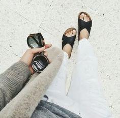 Un jean blanc, une paire de Birk noires et hop !