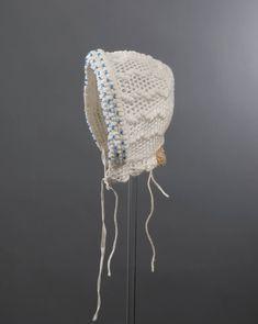 Wit gehaakt katoenen babymutsje met ingewerkte blauwe glazen kraaltjes. Het mutsje is afkomstig uit Nieuwland. voor 1950 #Zeeland #NieuwStJoosland