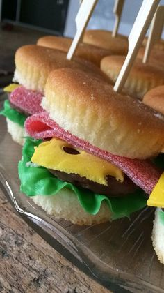 Traktatie Hamburger - #Hamburger #traktatie Candy Sushi, Birthday Treats, Food Crafts, Food Humor, Sweet Desserts, Party Snacks, Cupcake Cookies, Creative Food, High Tea