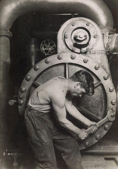 fotografie di Lewis Hine: Un meccanico alla Steam Pump nella Electric Power House, 1921