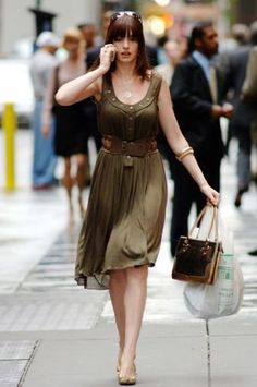 Who made Anne Hathaway's sunglasses, green dress, gold shoes and purse that she wore in the movie The Devil Wears Prada? Vestido Calvin Klein, Calvin Klein Dress, Estilo Da Anne Hathaway, Prada Outfits, Prada Dress, Anne Jacqueline Hathaway, Devil Wears Prada, Funny Fashion, Celebrity Style