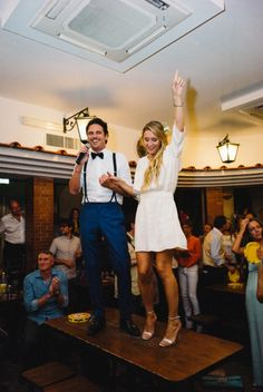 Bride and groom have a lot of fun dancing on the tables! #tavernaanemaecore #capri #italy #italianwedding