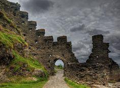 Tintagel Castle ruins by Neil Howard. [neilalderney123 on flickr]
