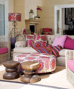 Top South African Interior Designer Tessa Proudfoot shows how to combine happy bright colours and patterns, with some tribal elements mixed with a somewhat classical deep buttoned sofa. The kinda #eclectic #style I love