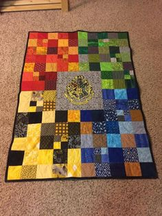 Hogwarts themed baby quilt - Griffindor (Scarlet and Gold), Slytherin (Emerald and Silver), Hufflepuff (Yellow and Black), Ravenclaw (Blue and Bronze) I'm absolutely making this of Ellis as soon as I get my hands on a sewing machine. Baby Harry Potter, Harry Potter Enfants, Objet Harry Potter, Deco Harry Potter, Harry Potter Quilt, Harry Potter Nursery, Harry Potter House Colors, Harry Potter Crochet, Harry Potter Lufa Lufa