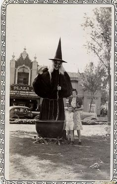 Vintage Halloween Vintage Halloween for Halloween witch - love these vintage photos halloween. Retro Halloween, Costume Halloween, Photo Halloween, Halloween Fotos, Vintage Halloween Photos, Halloween Pictures, Creepy Halloween, Halloween Outfits, Holidays Halloween