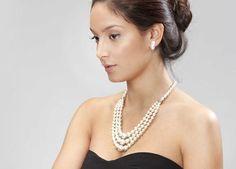 Añada elegancia y dulzura a su atuendo de fiesta con este Collar espectacular degradé de Perlas de 5 a 14 mm. con cierre y elementos de Plata de Ley. La longitud de la vuelta más corta es de 50 cm.