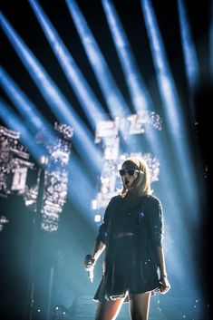 Taylor performing Welcome to New York during the 1989 World Tour in Glendale