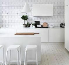 Fresh pics from Lotta Agatons home - Emmas Designblogg. Love the clean white and the factt hat there are no top cupboards -opens it up and floods it with light <3