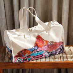 Bolsa de Viagem Corcovado :: ampla e resistente, essa bolsa leva patchwork de tecidos formando o símbolo do Rio de Janeiro